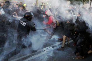 На улицах Барселоны произошли массовые столкновения между полицией и протестующими