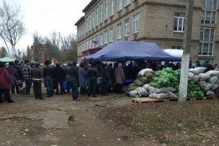 """""""Задля явки"""". На """"виборчих дільницях"""" на Донбасі організували продаж дешевих харчів"""