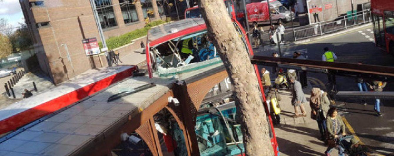 В Лондоне автобус въехал в остановку: десятки раненых