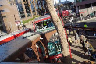 У Лондоні автобус в'їхав в зупинку: десятки поранених