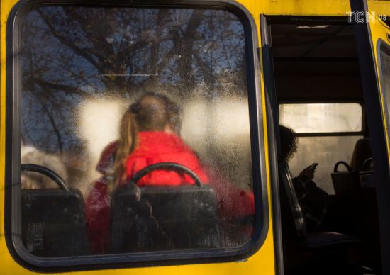 На Одещині померла жінка, яка випала з автобуса на дорогу під час руху