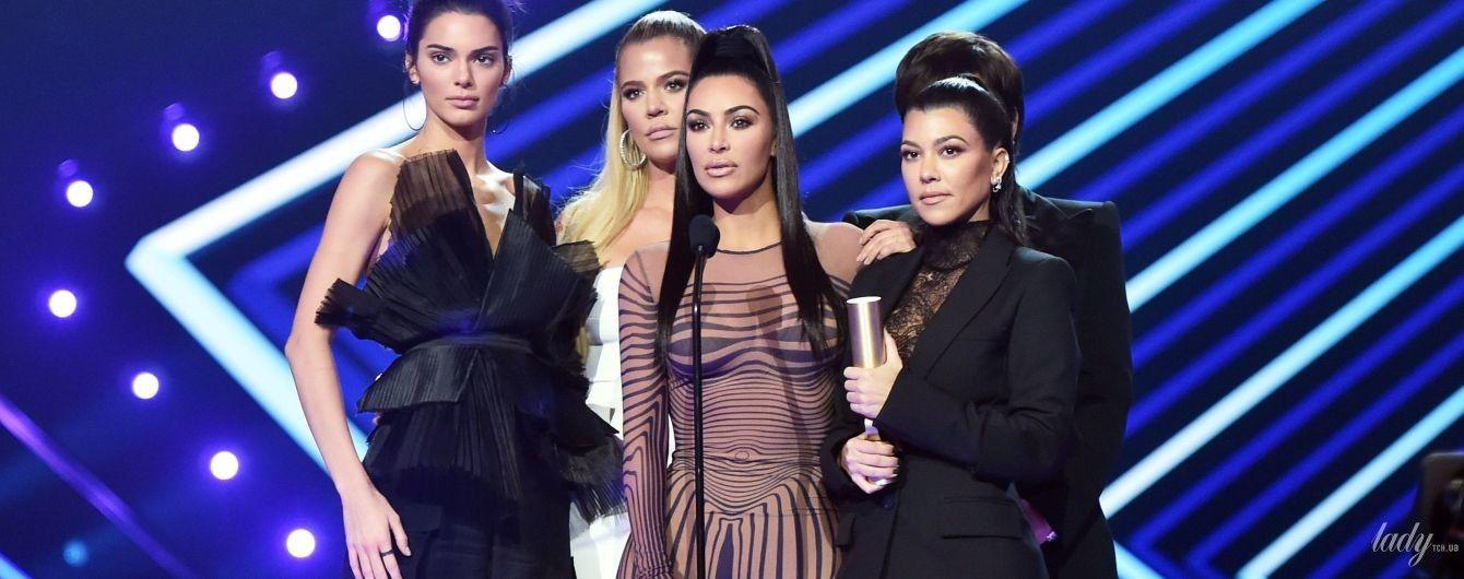 В білизняному стилі: Кортні Кардашян приїхала на церемонію в міні-сукні та в компанії сестер