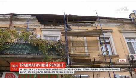 Глыба от фасада дома в Одессе чуть не убила мужчину