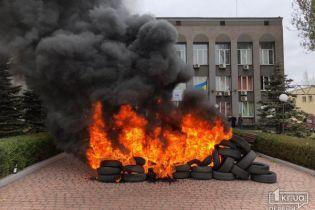 """В Кривом Рогу недовольные отсутствием отопления горожане подожгли шины под офисом """"Криворожгаза"""""""