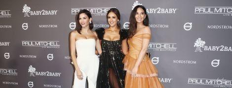 Три красуні: Дженна Д'юенн, Джессіка Альба і Олівія Манн вийшли у світ у вбраннях, які підкреслюють їхні декольте