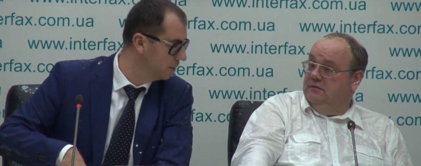 В Киеве неизвестные ворвались в помещение информагентства и облили кефиром спортивного журналиста