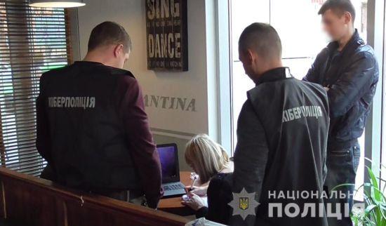 Кіберполіція викрила екс-керівника українського банку у продажі даних його користувачів