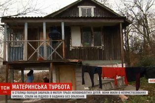 У Києві в жінки забрали трьох доньок за тримання їх у нелюдських умовах