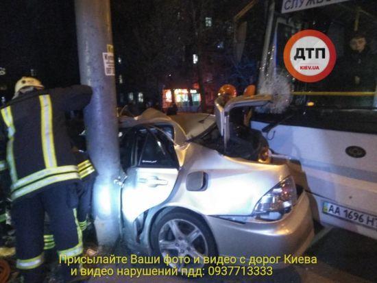 """В Киеве автобус """"вмял"""" Lexus в столб, водитель легковушки в тяжелом состоянии"""