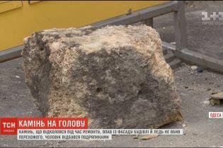 Перехожий дивом вижив, коли на нього звалився камінь з аварійного будинку