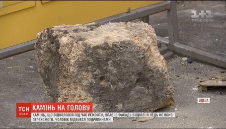 Прохожий чудом выжил, когда на него упал камень из аварийного дома
