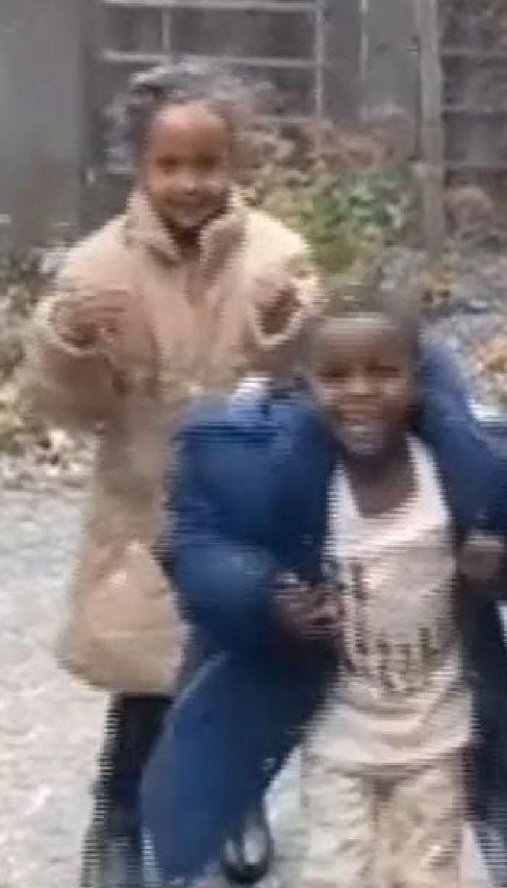 Дети-мигранты, которые впервые увидели снег, стали звездами Интернета