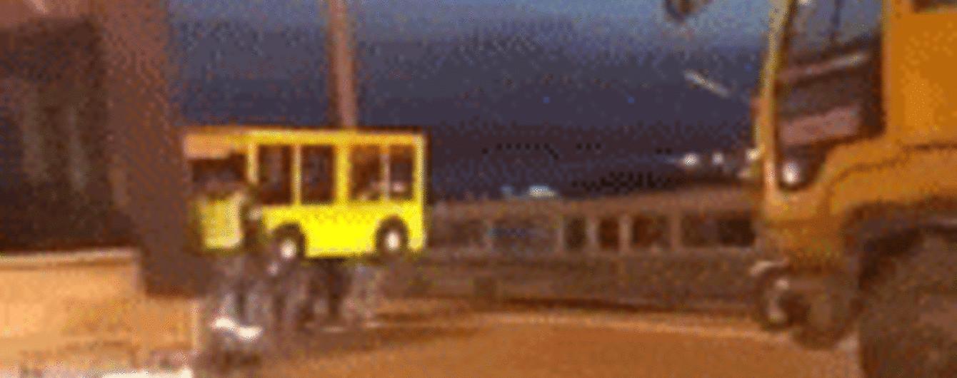 """У Росії чоловіки """"прикинулися"""" автобусом, щоб непомітно пройти закритим для пішоходів мостом"""