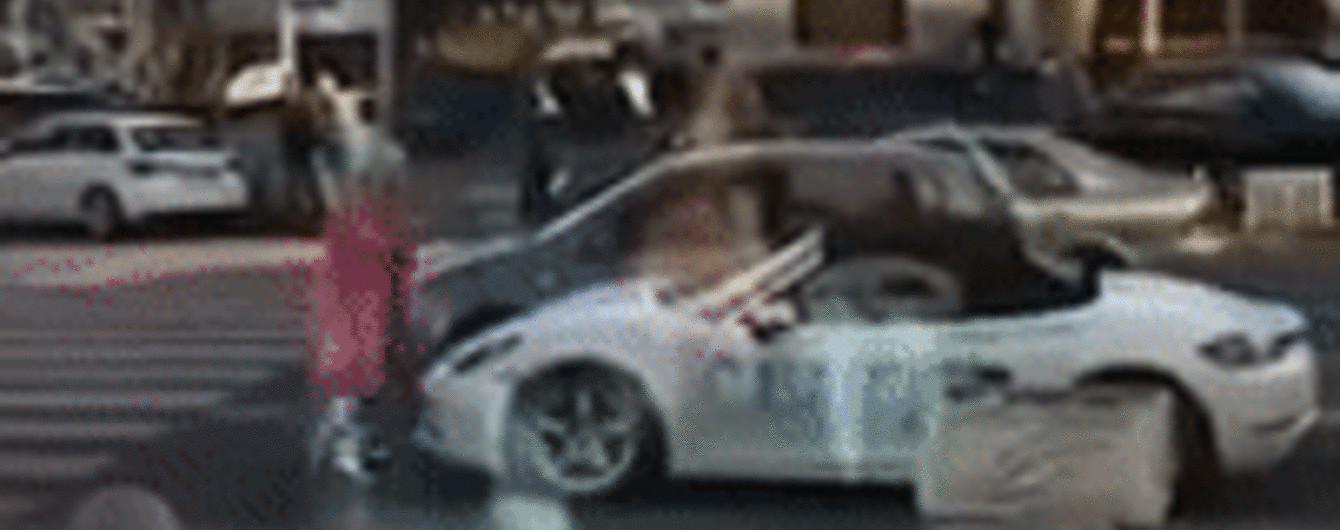Шкода до сліз. У центрі Києва білявка обмалювала і розбила спорткар Porsche