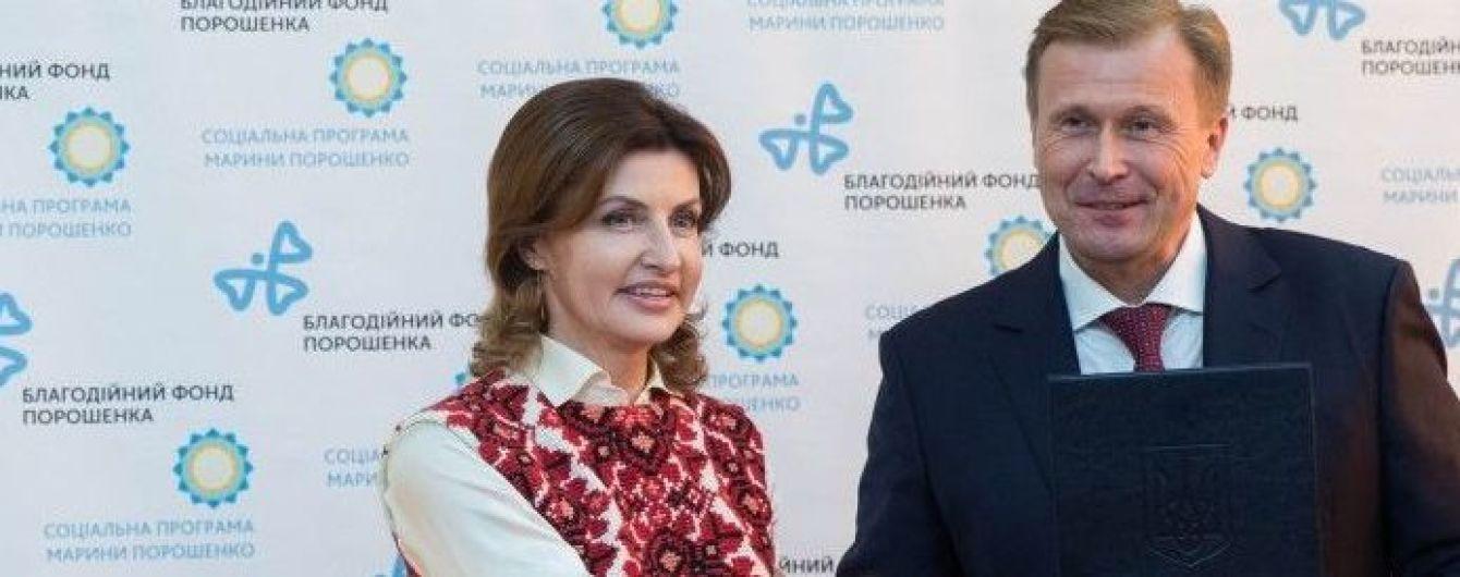 У безрукавці з красивою вишивкою і на шпильках: Марина Порошенко в Івано-Франківській області