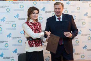 В безрукавке с красивой вышивкой и на шпильках: Марина Порошенко в Ивано-Франковской области