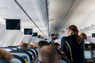 Стюардесу підкинуло до стелі, а окріп розлився на пасажирів: Boeing 737 потрапив у зону турбулентності