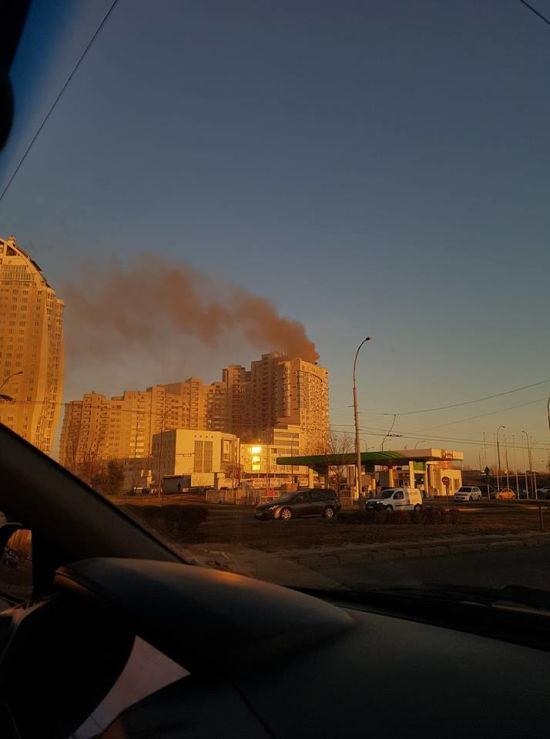 У Києві елітну багатоповерхівку затягнуло димом, мешканці будинку потрапили у задушливу пастку