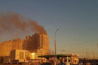 У Києві горіла елітна багатоповерхівка, мешканці будинку потрапили у задушливу пастку