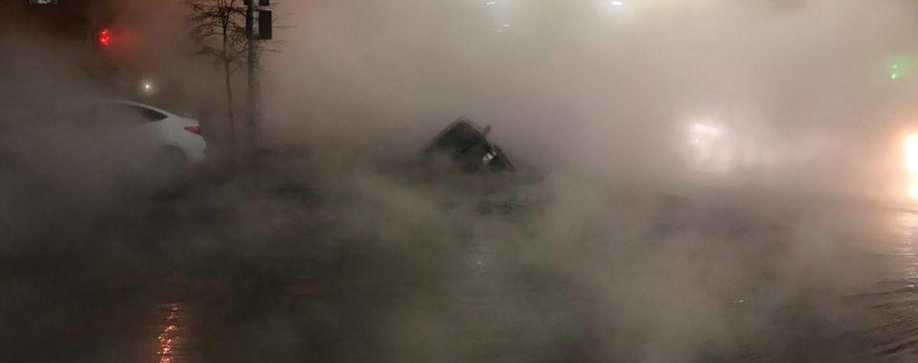 В центре Киева прорвало трубу с кипятком: под асфальт провалилось авто