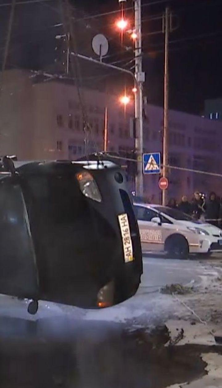 В центре Киева из-за прорыва теплотрассы такси ушло под асфальт