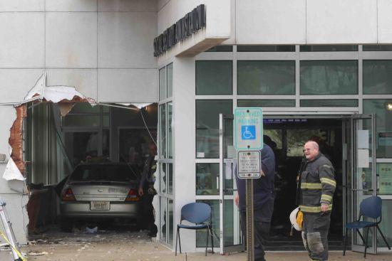 У США автомобіль випадково в'їхав у будівлю управління соцзабезпечення, 20 осіб постраждало
