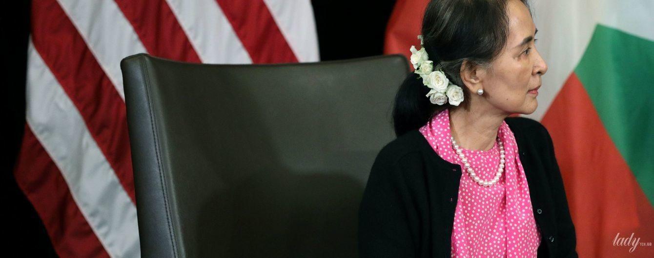 В яскравій сорочці і з трояндами в волоссі: державний радник М'янми на зустрічі з Майклом Пенсом