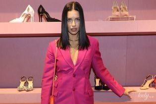 В розовом блейзере и на шпильках: Адриана Лима блеснула стройными ногами на светском мероприятии