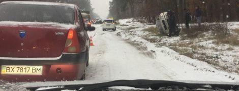 Под Киевом на заснеженной дороге в ДТП попали сразу 4 автомобиля