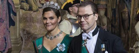В изумрудном платье с глубоким декольте: кронпринцесса Виктория удивила вечерним образом