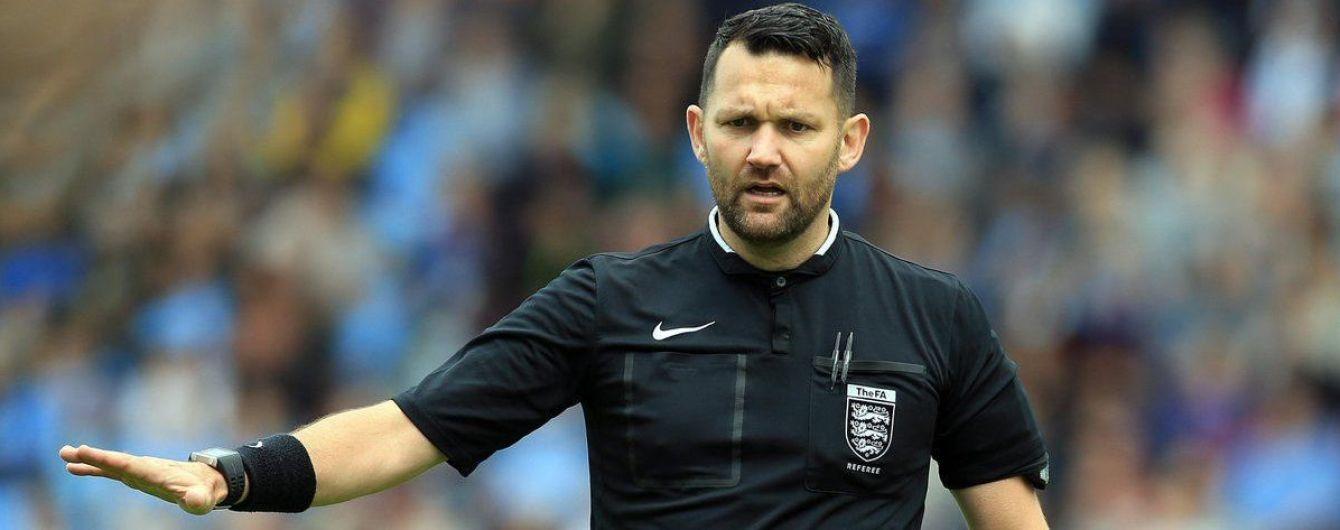 Камінь, ножиці, папір: англійський суддя кумедно розпочав футбольний матч і поплатився за це