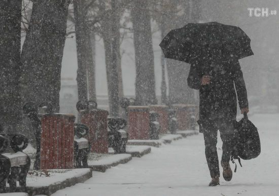 Мокрий сніг, холод та ожеледиця. Синоптики попередили українців про погіршення погодних умов