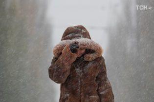 Західну Україну засипає рясним снігом: автівки визволяють з трас важкою технікою