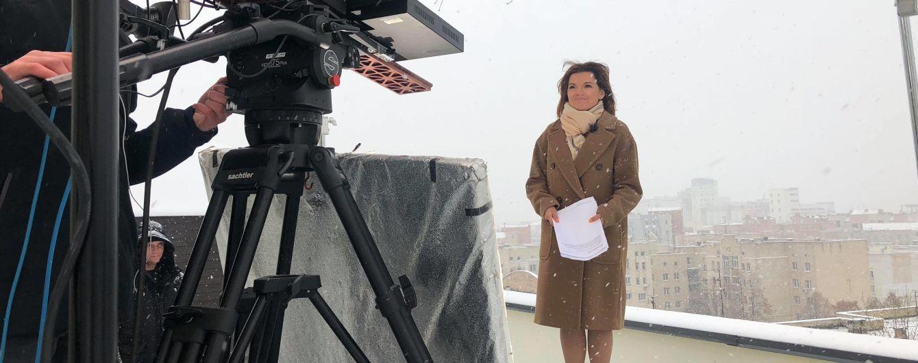 """Ведущая Маричка Падалко в пальто и легких туфлях провела выпуск """"ТСН"""" во время первого снега"""