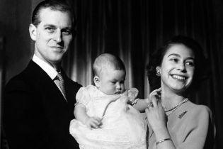 У дівчачій сукні, на серфінгу та з Діаною: Букінгемський палац показав архівні фото принца Чарльза