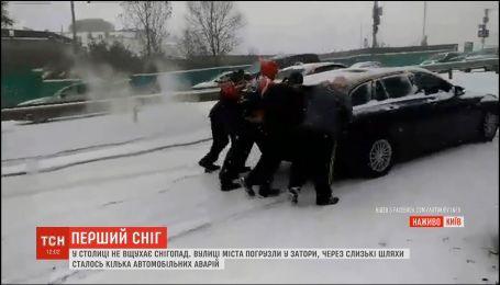 Столица застряла в 10-балльных пробках из-за обильного снегопада