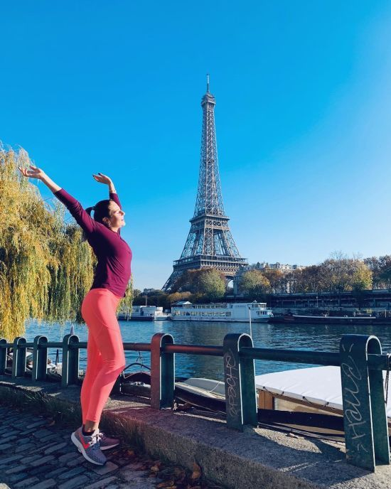 Тенісистка Костюк в обтислих лосинах побігала Парижем