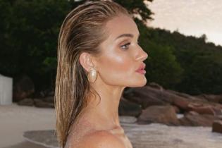 Топлес на закате: сексуальная Рози Хантингтон-Уайтли позировала на берегу океана