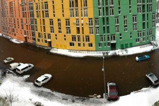 У Києві через прорив труби затопило житловий комплекс