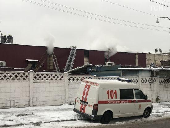 У Києві кілька годин не можуть загасити продуктову базу