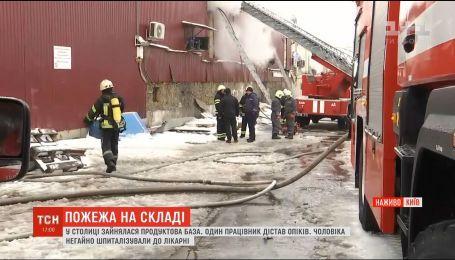В столице пытаются потушить пожар на продуктовой базе