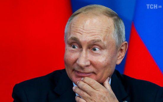 """В усій Росії школярі долучаються до челенджу й пишуть """"Путін – злодій"""" на дошках і в зошитах"""