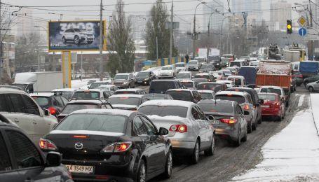 В Киеве после снегопада пробки блокируют ряд важных улиц