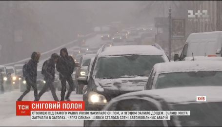 Транспортный коллапс и рекордное количество ДТП: как столица встретила первый снег