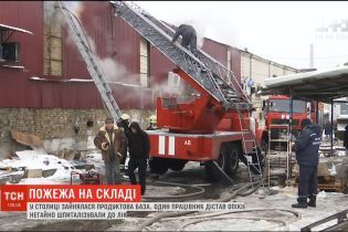 Експерти встановлюють причини масштабної пожежі на Подільській продуктовій базі