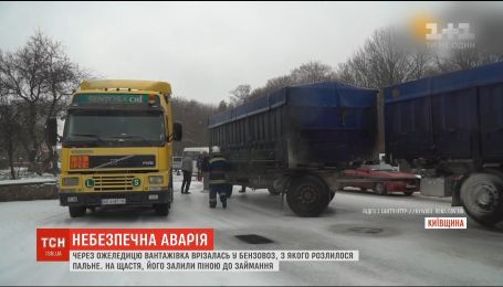 На Київщині через ожеледицю вантажівка з причіпом врізалася у бензовоз