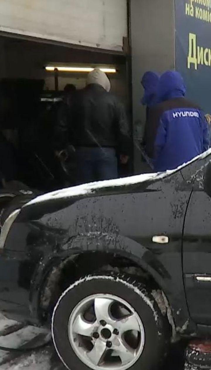 Тянут резину до последнего: из-за снегопада на столичных шиномонтажах образовались очереди