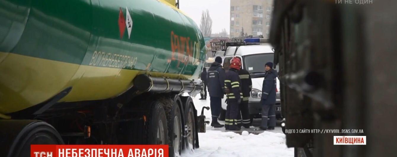 На Киевщине из-за гололеда грузовик въехал в бензовоз