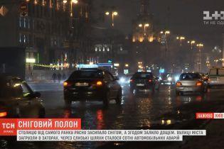 Коммунальщики расчистили от первого снега центр и отправились в спальные районы Киева