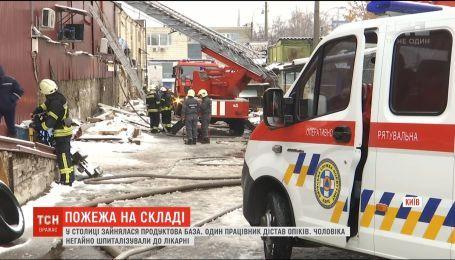Из-за масштабного пожара в Киеве мужчина получил ожоги